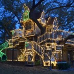 Awesome Treehouse.....Cool Christmas Lights
